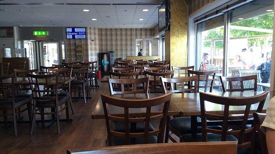 Bordet Restaurang: Lugnt på insidan med bra service från restaurangens trotjänaren.