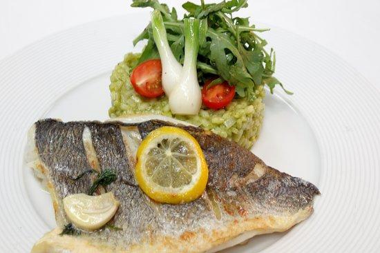 """Schlitters, Αυστρία: Fischgericht aus unserem Geniesser Menü """"Dorade Royal"""""""