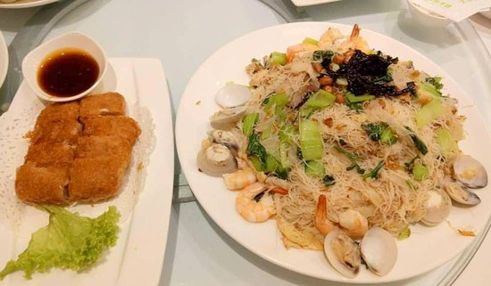 Putien One Utama: Deep fried yam with duck meat stuffing (left), Stir fried fine Meehoon with seafood L size (righ