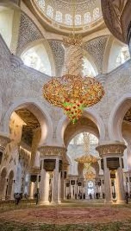 Sheikh Zayed Grand Mosque Center: Hanging big Chandeliers are attractive..