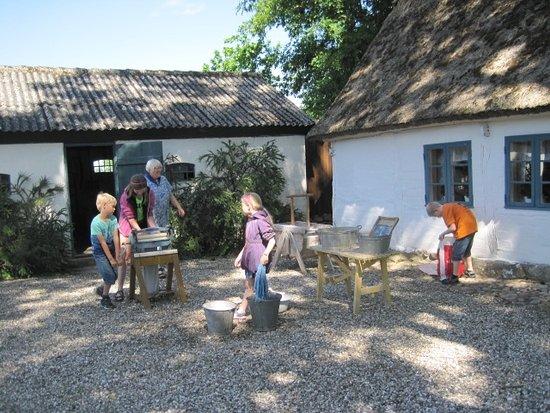 Haarlev, Denmark: Prøv at vaske tøj på gammeldags måde