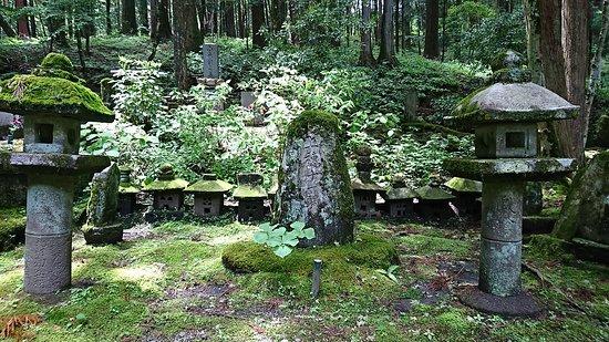 Kozenji Temple: 上穂十一騎之碑。長子優遇の時代、世間から脱落を余儀なくされた次男・三男たちの想いを偲ぶ
