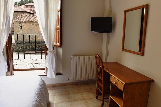 Habitación doble con vistas a la plaza del pueblo de Molinos de Duero