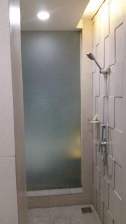 Bedrock Hotel Kuta Bali: Bathroom View