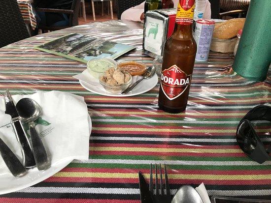 Restaurante El Cordero: Bienvenida con cuenco con chicharrones con gofio, ali oli, mojo
