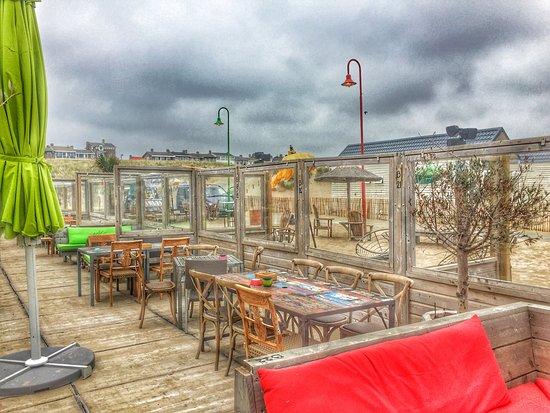 Strandpalviljoen Paal 14: Terras was nog leeg, was een bewolkte dag. Maar steeds die aparte sfeer. Ga er eens heen.
