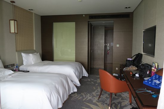 Crowne Plaza Xuzhou Dalong Lake : Two queen size beds. Beds & pillows were very comfortable