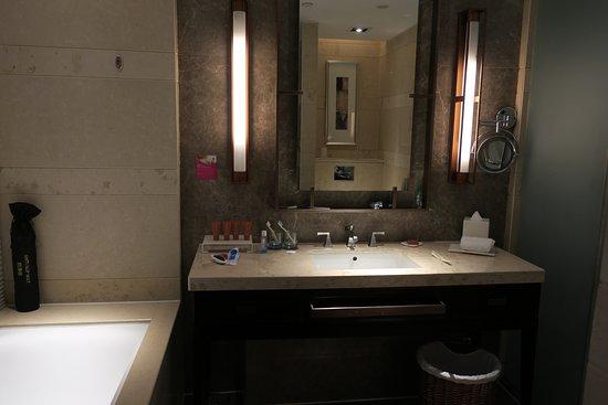 Crowne Plaza Xuzhou Dalong Lake : Bathroom is very modern. Hot water was plentiful when you shower.