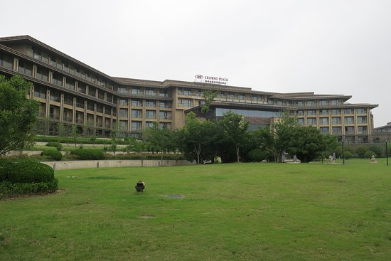 Crowne Plaza Xuzhou Dalong Lake : Big garden at the rear of the hotel