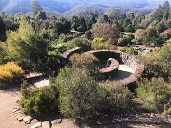 The Blue Mountains Botanic Garden: Garden which is a maze. Excitement within the garden that you can explore.