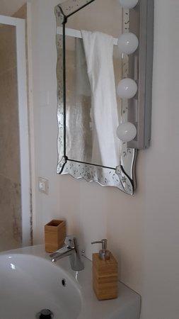 Grazie, Italia: Lavandino con specchio