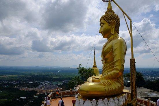 วัดถ้ำเสือ: Bouddha et Krabi en fond