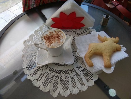 Cafe  Caretta: CAPPUCCINO WITH A BISCUIT