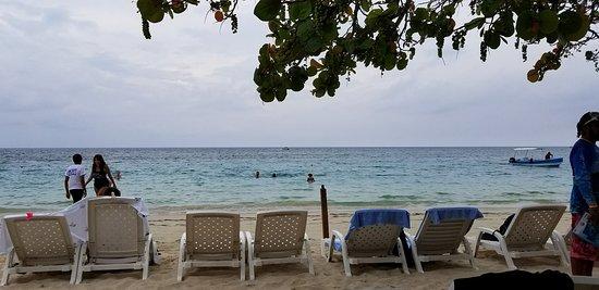 Paradise Beach Hotel: Beach in the morning