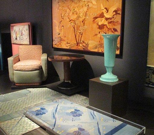 พิพิธภัณฑ์วิคตอเรียแอนด์อัลเบิร์ต: Furniture and furnishings from the Queen Mary