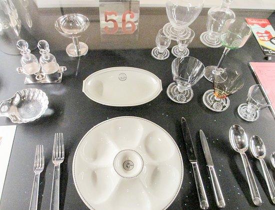 พิพิธภัณฑ์วิคตอเรียแอนด์อัลเบิร์ต: A place setting with Lalique glassware
