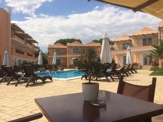 Avantis Suites Hotel: good space at the pool with comfortable loungers