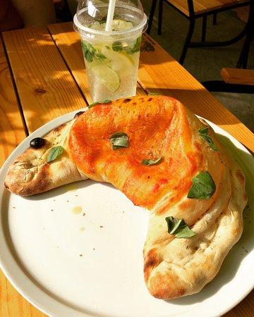 Bella Italia: Закрытая пицца Кальцоне с сыром Бри