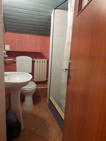 Villa Martin: Łazienka w tzw. układzie rodzinnym: na dwa pokoje dwuosobowe jedna łazienka /prysznic, umywalka
