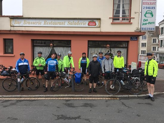 Neufchatel en Bray, ฝรั่งเศส: 12 'Diabetes Dads' outside the restaurant, full with food and ready to cycle the 70km to Gisors