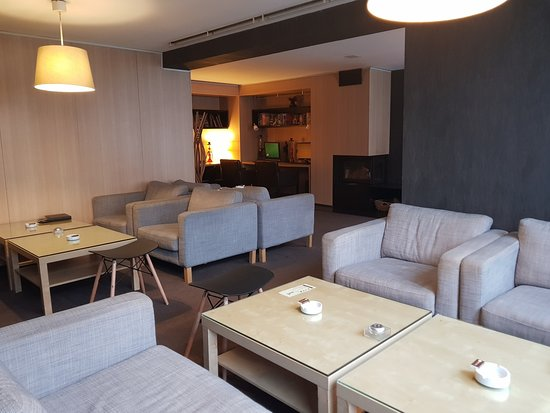 Lucky Bansko Aparthotel Spa & Relax: Cigare bar near to reception desk