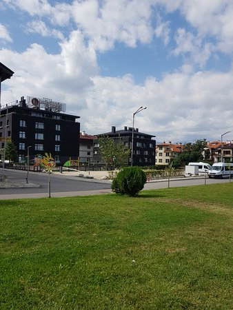 Lucky Bansko Aparthotel Spa & Relax: Street view of the hotel