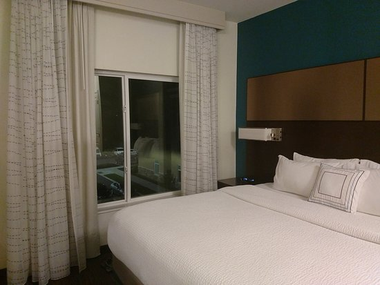 Residence Inn by Marriott Fishkill: Room 314 bed overlooks putting green. Windows can be opened