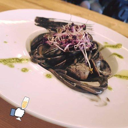 Enoteca Verso: Spaghettone con vongole veraci, nero di seppia e olio aromatizzato al basilico