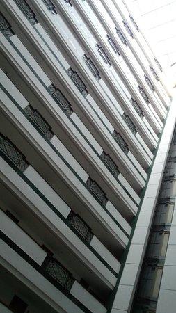 Grand Mercure Shanghai Hongqiao: 内部から見上げた様子ですが、結構、高層な感じです。