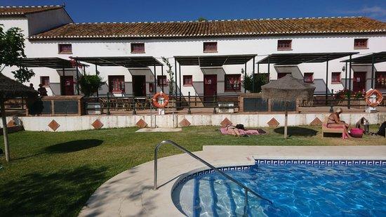 Hotel Cortijo del Arte: Habitaciones dúplex y zona de piscina