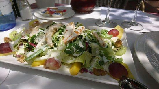 Hotel Cortijo del Arte: Ensalada con frutas y pechuga de pollo