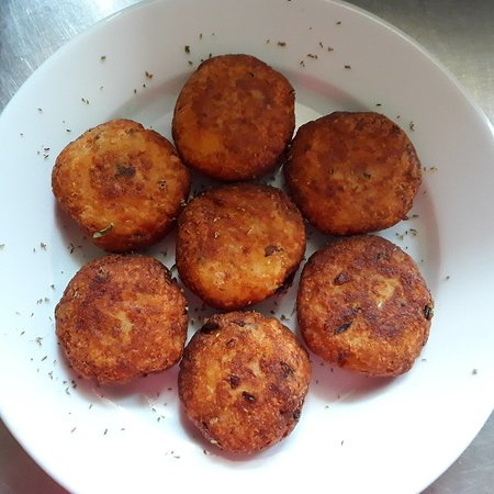 Milies, Hellas: Το εστιατόριο προσφέρει και ριγανοκεφτέδες με φρέσκια ρίγανη όταν είναι η εποχή που μαζεύεται!