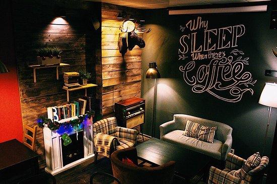 Jeffrey's Coffee Arbat : Камин, диваны, пледики и подушки - все это для того, чтобы Вам было комфортно!