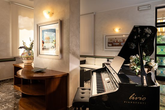 Hotel Florida: Hotel Bar Hall Pianoforte