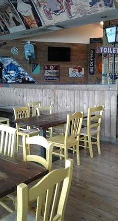 Signoressa, Italia: ...tavoli e sedie particolari del locale Gallomania...