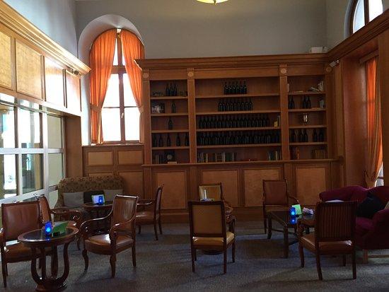 Imperial Riding School Renaissance Vienna Hotel: Lobby library