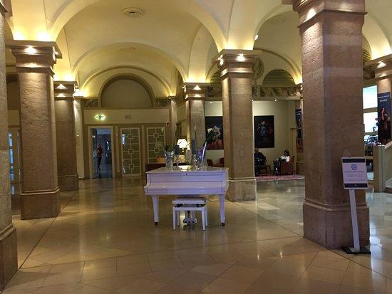 Imperial Riding School Renaissance Vienna Hotel: Hotel lobby