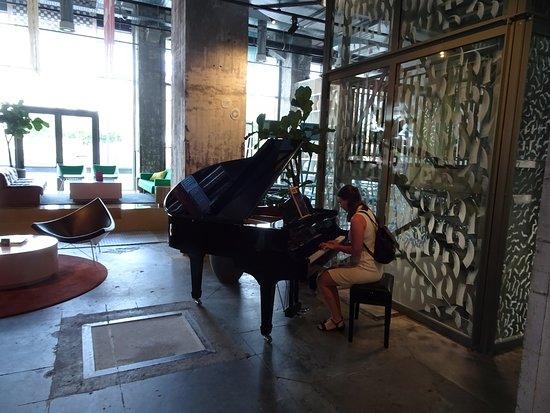 The Student Hotel Maastricht: Salon avec piano