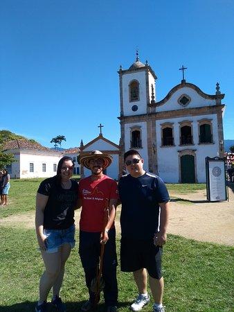Free Walker Tours Paraty: Foto com o guia Juan Jose em frente a igreja Santa Rita