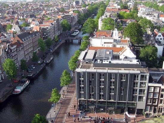 บ้านแอนน์แฟรงค์: View of the Secret Annex from the nearby Westerkerk bell tower, which Anne refers to in her diar