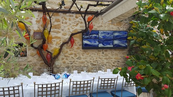 Les Terraillers: The gorgeous outdoor patio