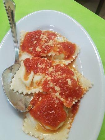 Agriturismo La grotta del tesoro : ravioli ripieni di formaggio al sugo di pomodoro(li servono di carne normalmente, eccezione per