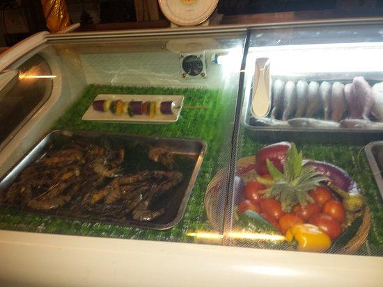 BOOgils Sunset Bar: Vitrine à poissons réfrigérée.