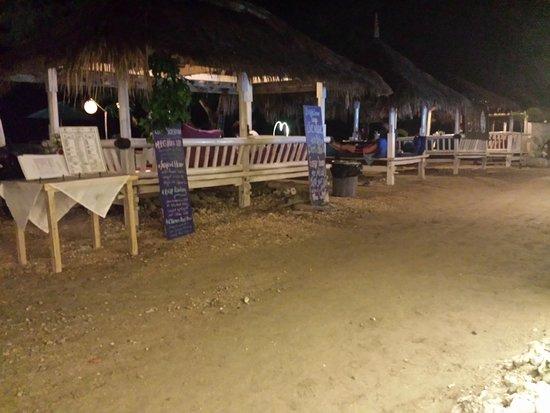 BOOgils Sunset Bar: Espace restauration sur la plage.