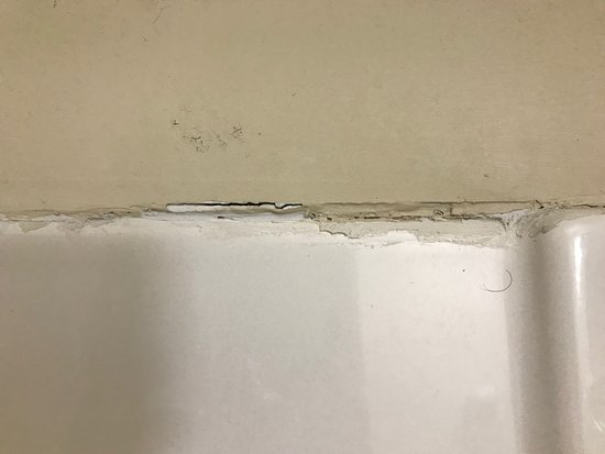 Liverpool, NY: Top of the shower shows a bit of wear. There were also hairs in the tub.