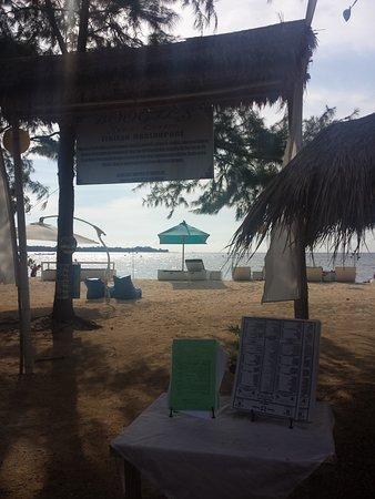 BOOgils Sunset Bar: Entrée de l'espace privatif plage.