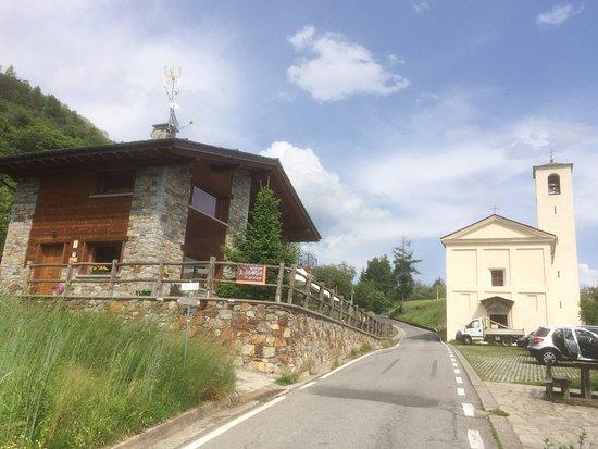 Montagna in Valtellina, Италия: Agriturismo con la chiesetta che gli dà il nome S.Maria
