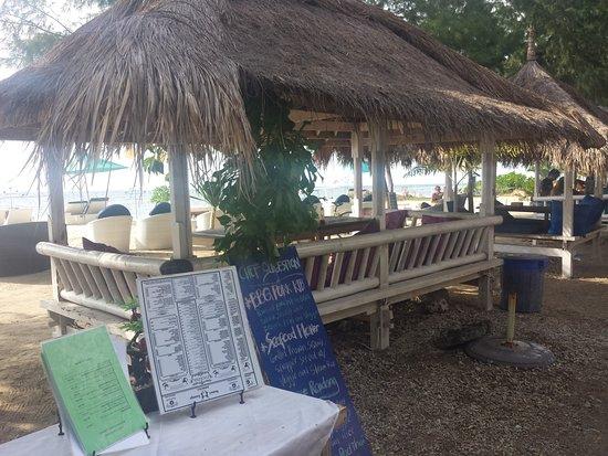 BOOgils Sunset Bar: Aménagement de la plage.