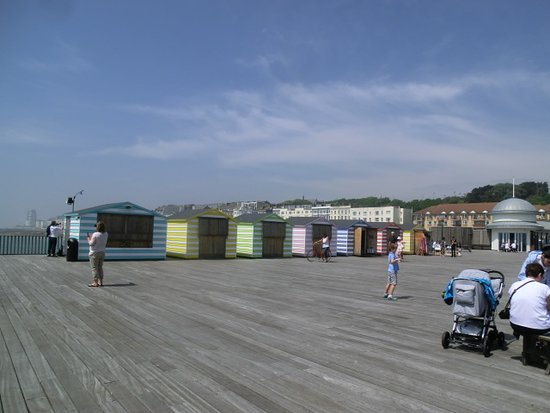 Hastings Pier : the beach shacks on the pier