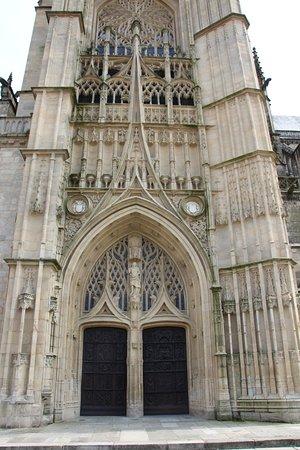 Cathedrale St-Etienne: façade principale